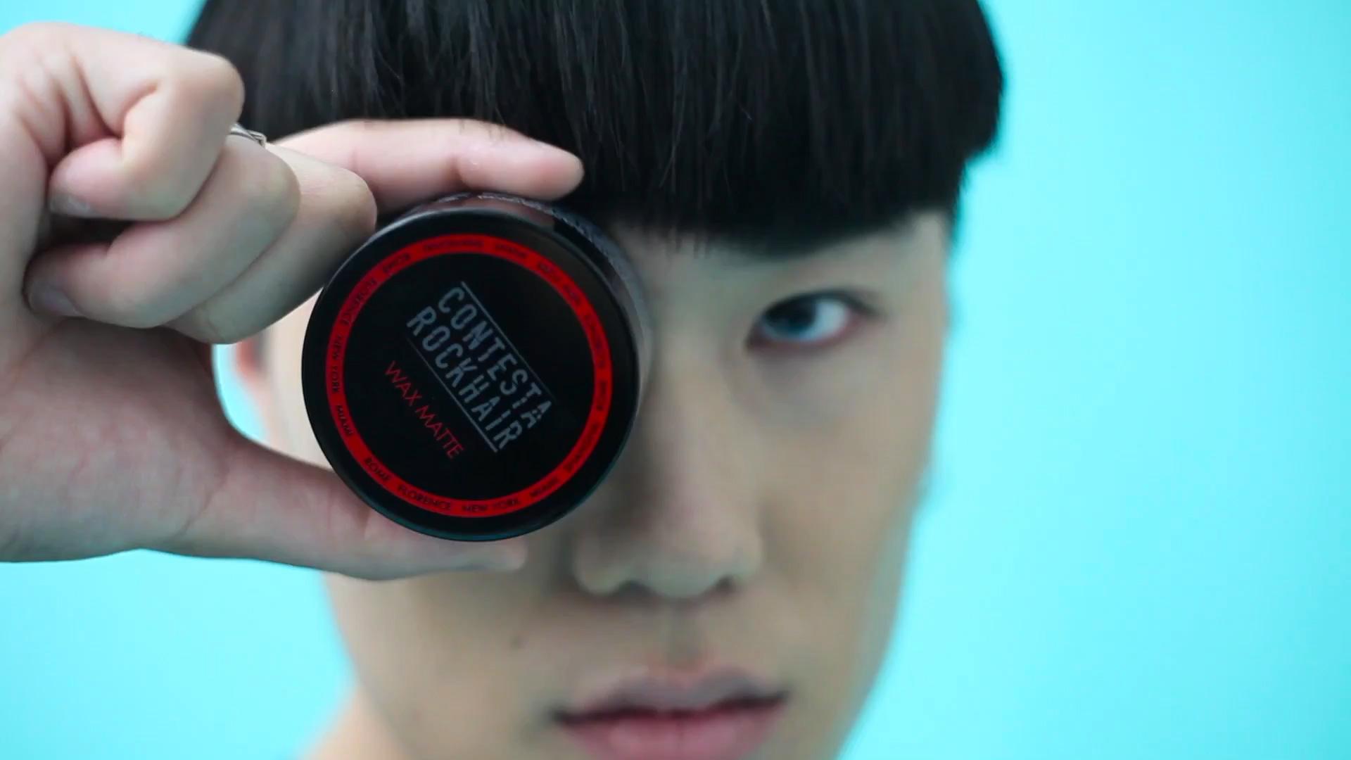 ragazzo asiatico tieni in mano la cera per capelli firmata contestarockhair negozio di parrucchiere