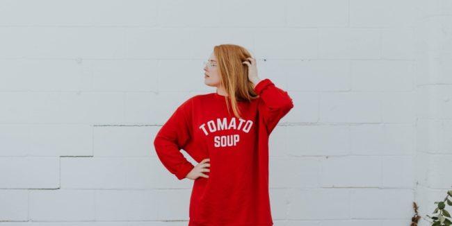 ragazza con capelli rossi naturali