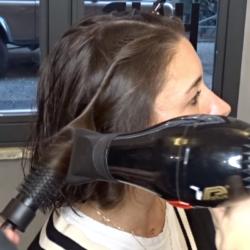 parrucchiere asciuga i capelli a una ragazza per le beach waves