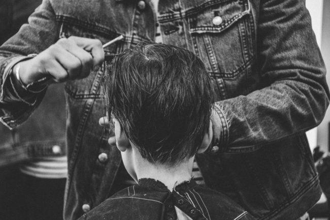 parrucchieer fa un taglio pixie ad una ragazza
