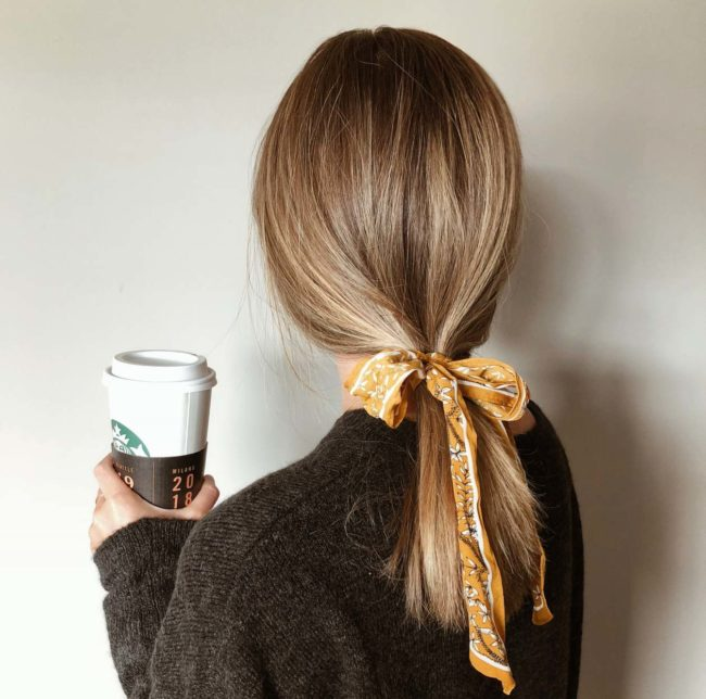 capelli pari legati con coda bassa