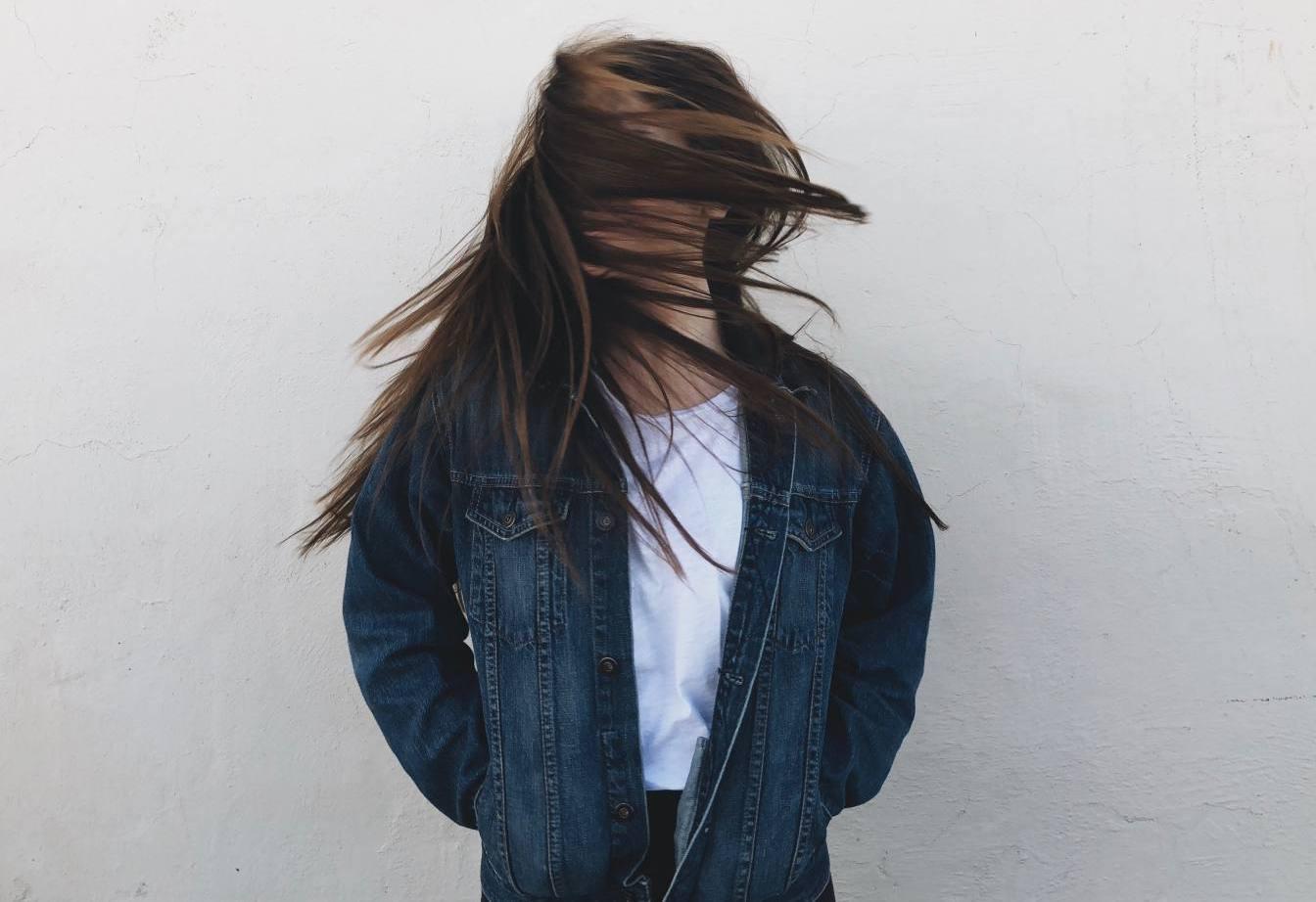 ragazza con capelli al vento