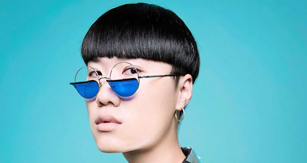 ragazzo con taglio corto partricolare e occhiali con lenti blu