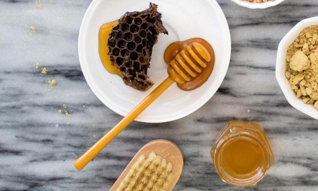 miele e spazzola per capelli, preparazione maschera per capelli in casa