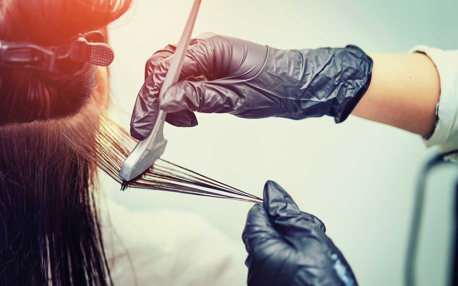 parrucchiere tinge i capelli a cliente