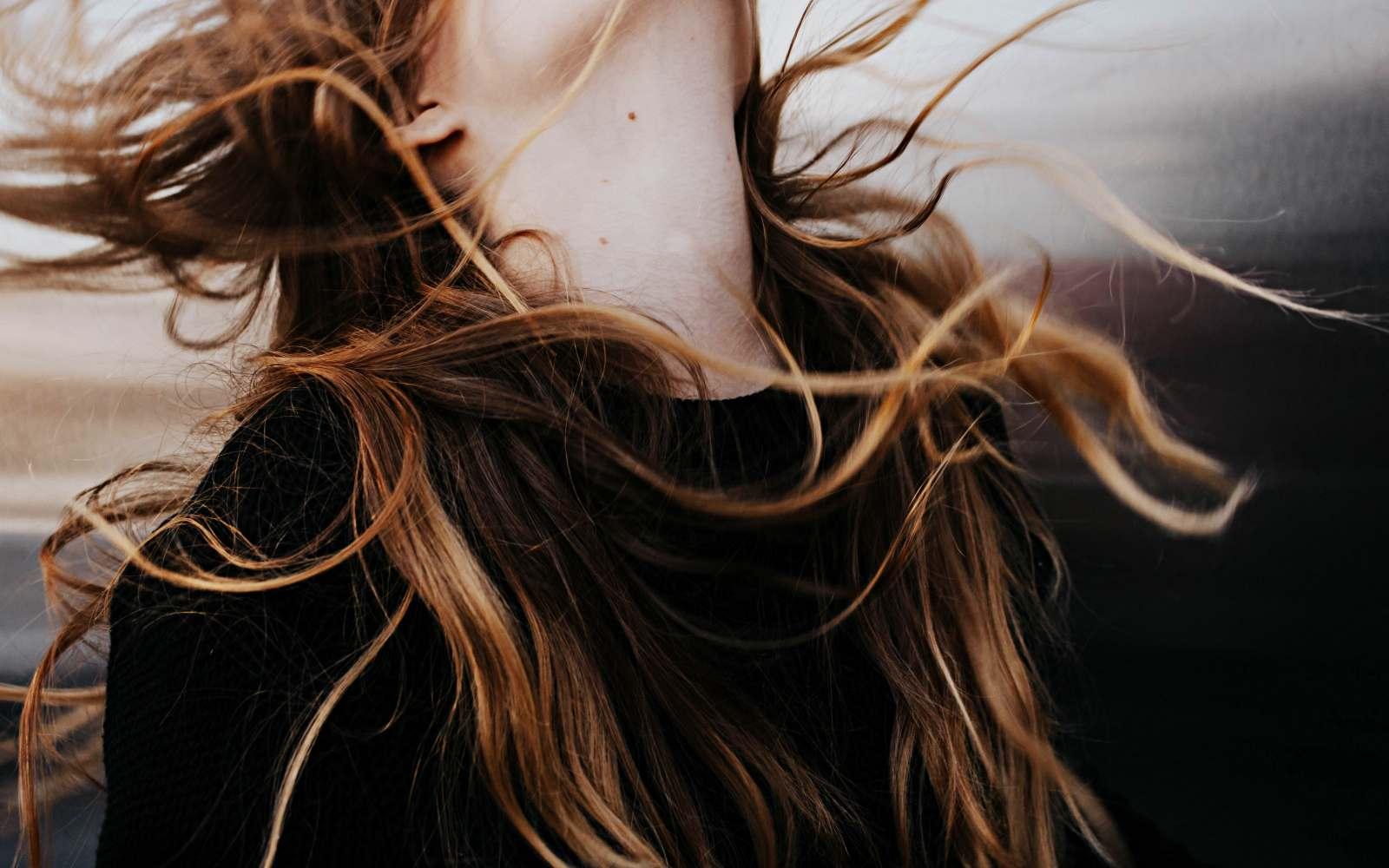 ragazza con capelli castani caldi stagione autunno armocromia