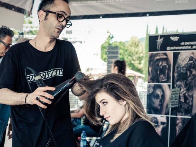 parrucchiere asciuga i capelli a ragazza bionda con shatush