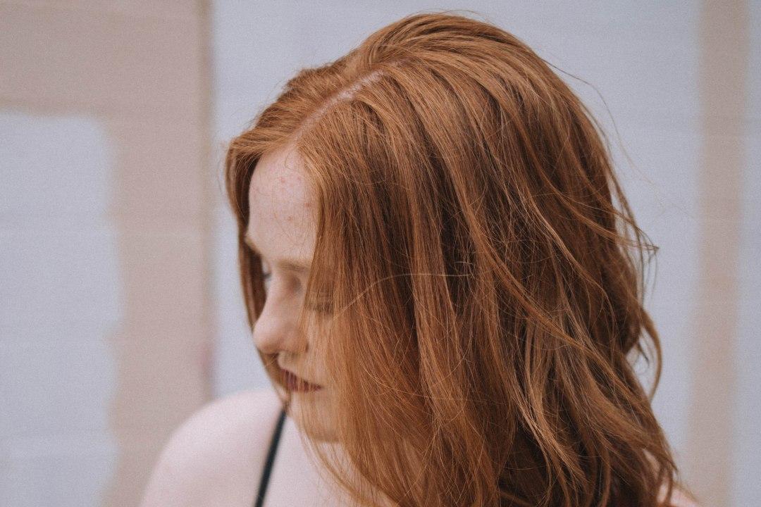 ragazza con la pelle chiara e capelli rossi