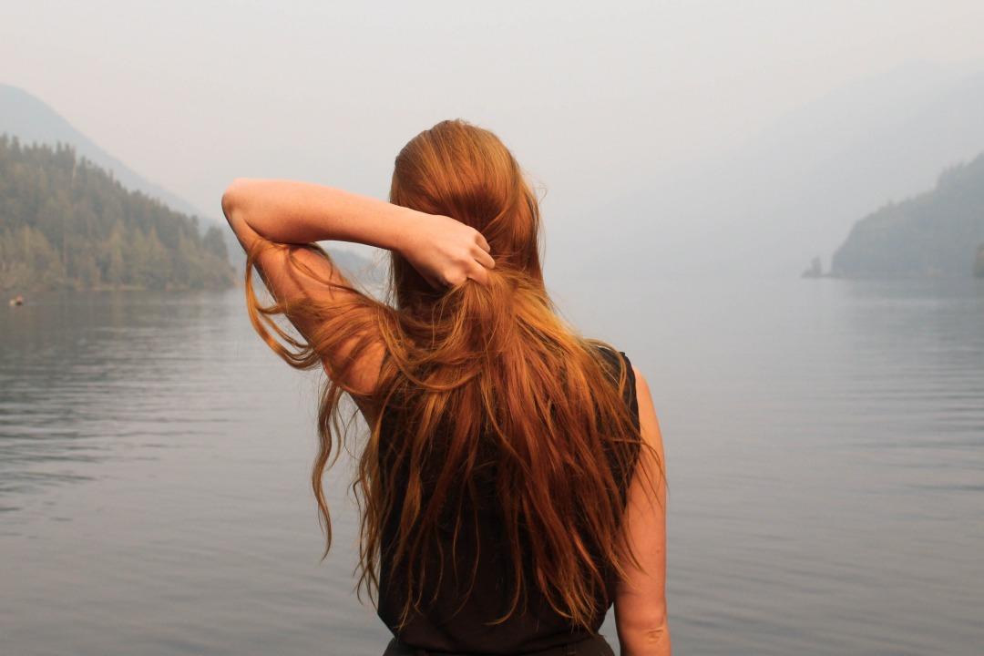ragazza con capelli rossi tinti di tonalità rosso irlandese