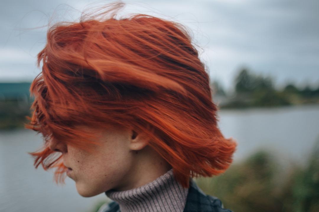 ragazza con capelli tonalità rosso fiamma