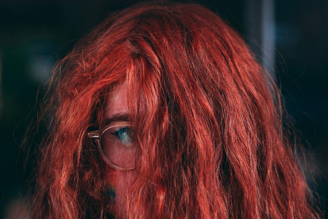 ragazza con capelli tinti di rosso scuro